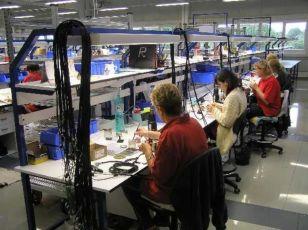 Жінки на складання і монтаж маленьких пластикових елементів