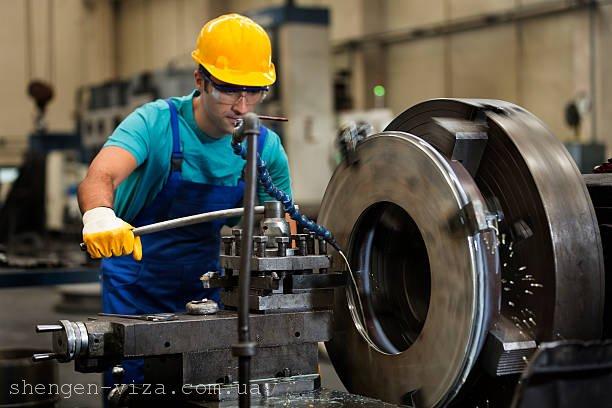 У Польщі будуть перевіряти завод, де українці носять синьо-жовту форму