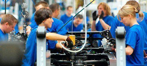 Чоловіки, Жінки і сімейні пари на автомобільний завод в м. Легніца (Польща)